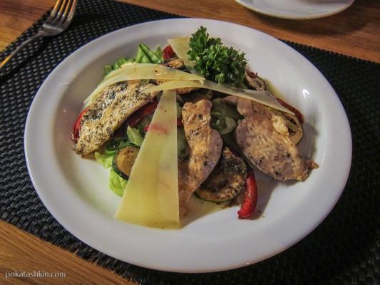 Горячий салат-гриль с цыпленком и овощами