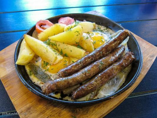 Сковородка с колбасками и шкварками