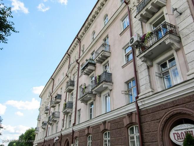 Одинаковые цветы на балконах, Могилёв