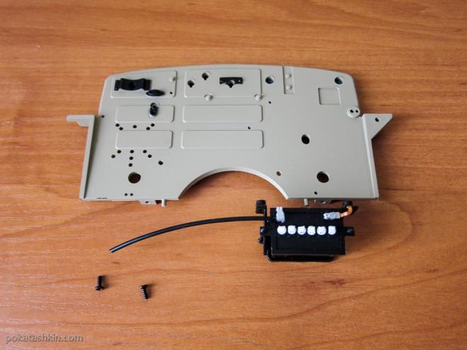 Модель автомобиля М20 «Победа» (№25): Монтаж аккумуляторной батареи