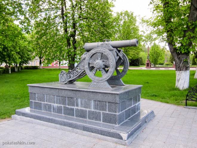 Пушка рядом с памятником в честь героев Отечественной войны 1812 года (Полоцк)