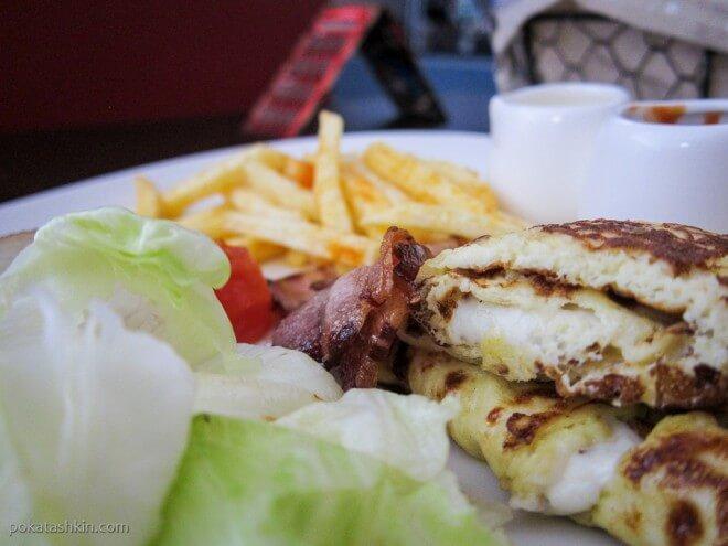 Омлет с сыром, овощи печёные, овощи свежие, обжаренный бекон, картофель фри и два соуса
