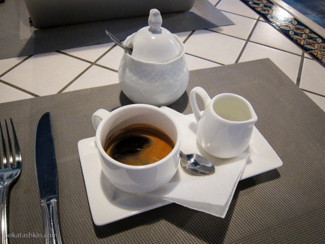 """Кофе """"Американо"""" с маленьким графинчиком тёплой воды"""