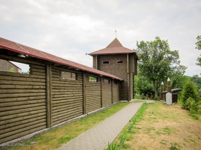 Дорожка вдоль стены Мозырского замка