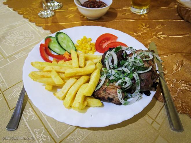 Шашлык из свинины с зеленью и картофелем фри