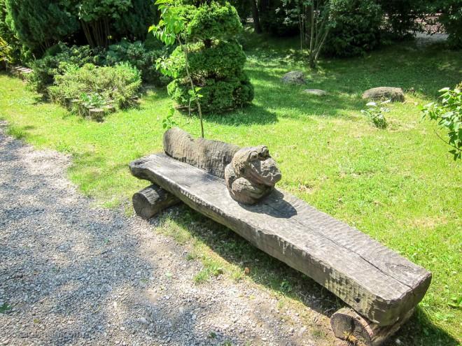 Деревянные качели и скамейки