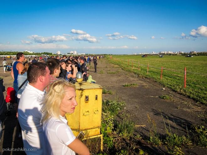 Зрители фестиваля авиационного спорта «Мирное небо» в Минске