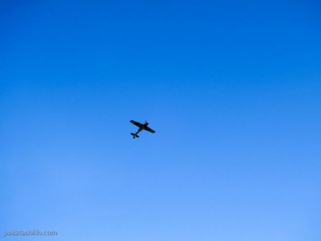 Як-52 выполняет фигуры высшего пилотажа