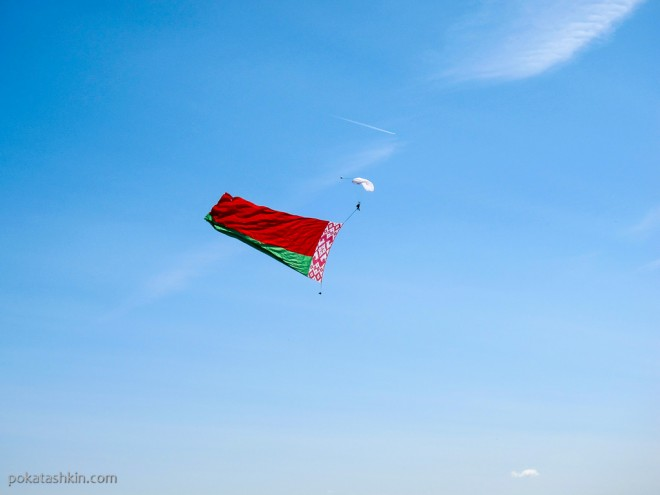 Парашютист с флагом Республики Беларусь
