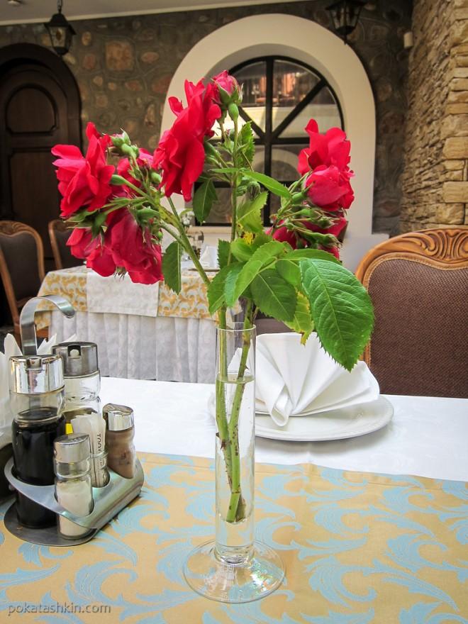 Живые цветы на столах в ресторанае «Замок Зеваны» (Коробчицы)