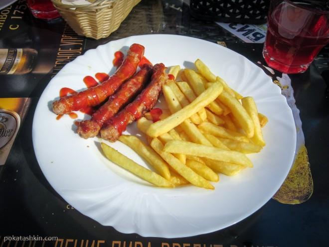Колбаски на гриле с картофелем фри