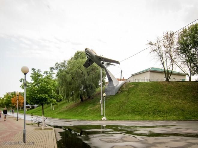 Памятник самолёту МиГ-15УТИ в Речице