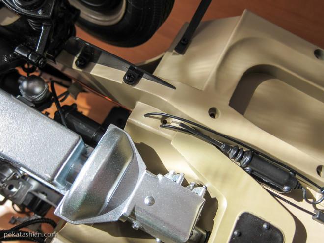 Модель автомобиля ГАЗ-М-20 «Победа» (№37): Монтаж стальных канатов ручного тормоза