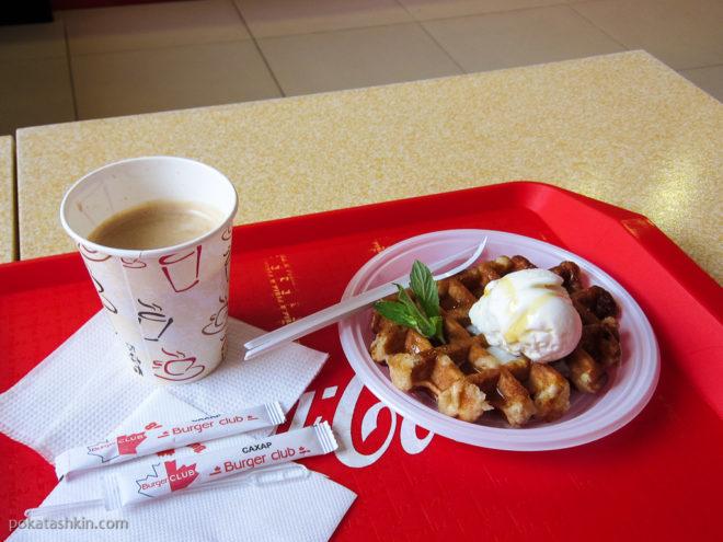 """Кофе """"Американо"""" и венские вафли с мороженным"""