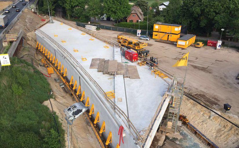 Постройка 75-метрового тоннеля под автомагистралью