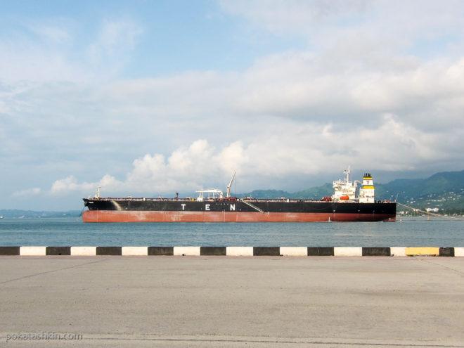 Танкер в батумском порту