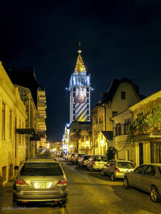 Башня с часами на площади Пьяцца