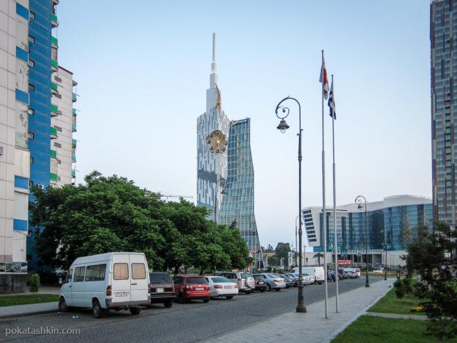 Батуми. Здание технологического университета и гостиница Radisson Blu
