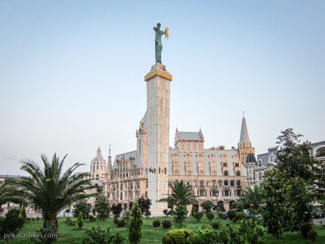 Батуми. Статуя Медеи с Золотым руном