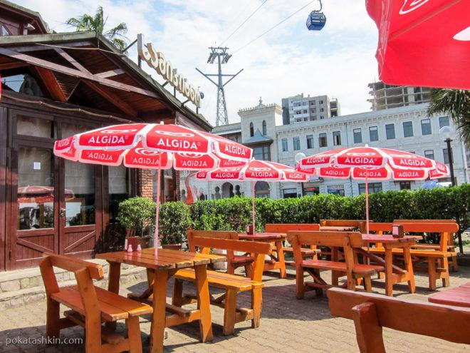 Столики на клице в ресторане «Samikitno» (Батуми)
