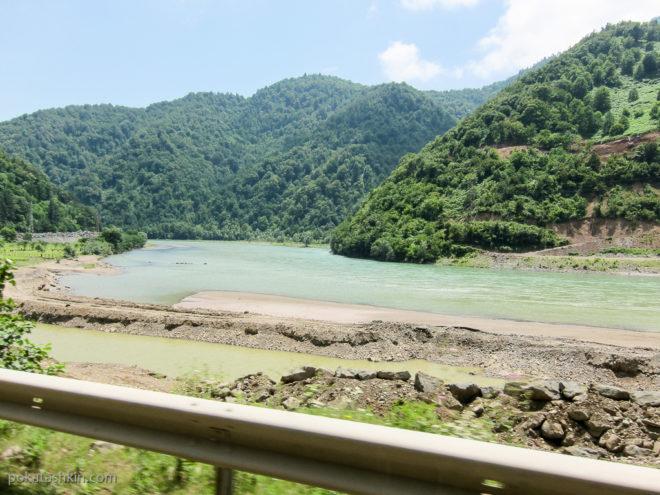 Дорога к водопаду Махунцети и арочному мосту царицы Тамары
