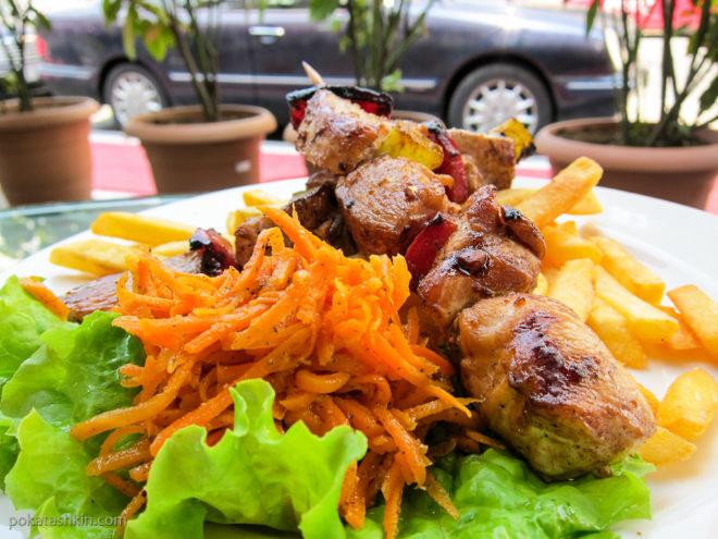 Курица барбекю с картофелем фри