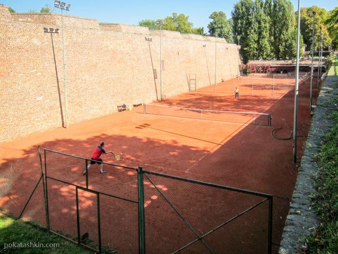 Теннисные корты возле ворот Карагеоргия