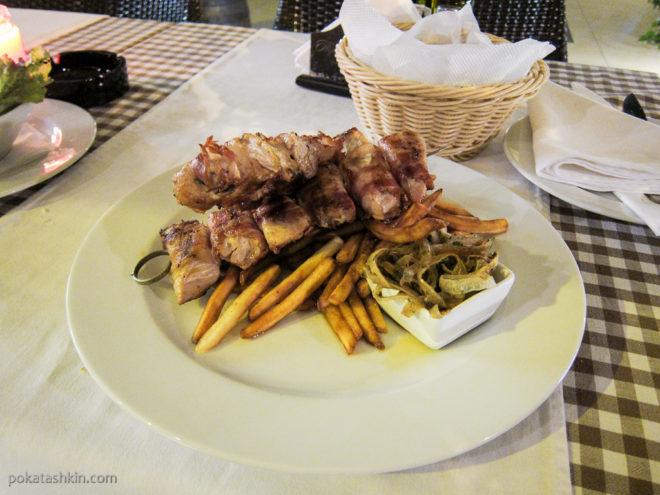Шашлык из курицы в беконе с картофелем фри и острым маринованным луком