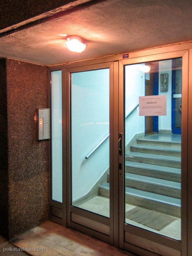Стеклянные двери в подъездах жилых домов