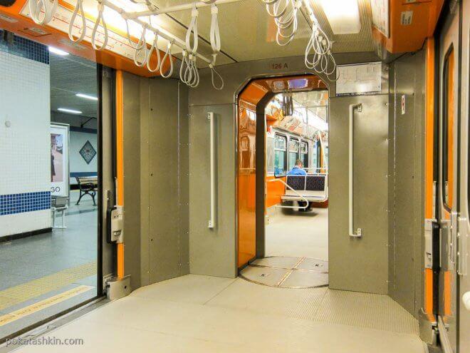 Вагон стамбульского метро