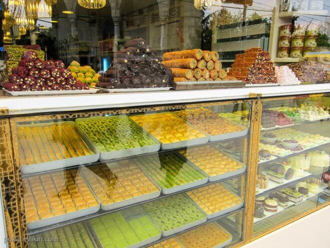 Витрины с турецкими сладостями