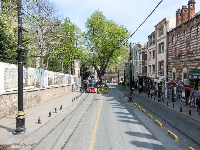 Улица Алемдар (Alemdar) в направлении южного входа в парк Гюльхане (Gülhane Parki)