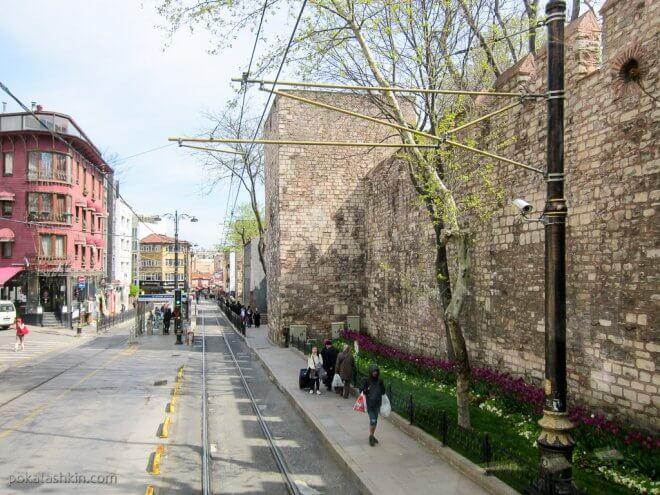 Узкие тротуары Стамбула