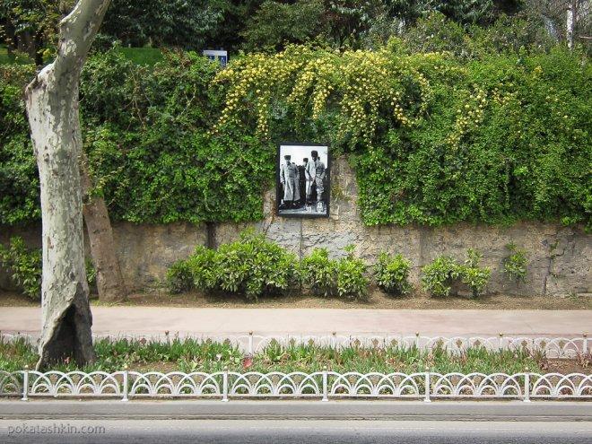 Фотографии Мустафы Кемаля Ататюрка вдоль дороги