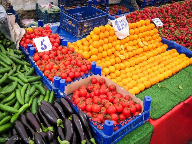 Помидоры, апельсины, клубника на рынке в Стамбуле