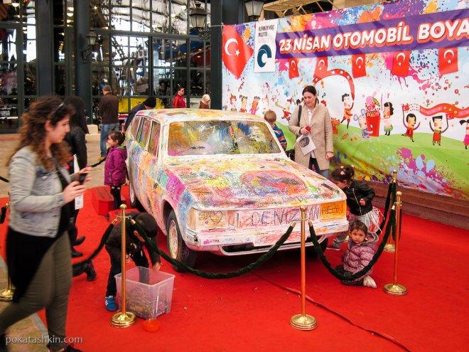 Дети разрисовывают автомобиль