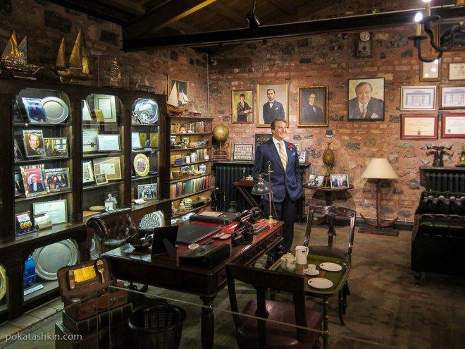 Рахми М. Коч в своём рабочем кабинете