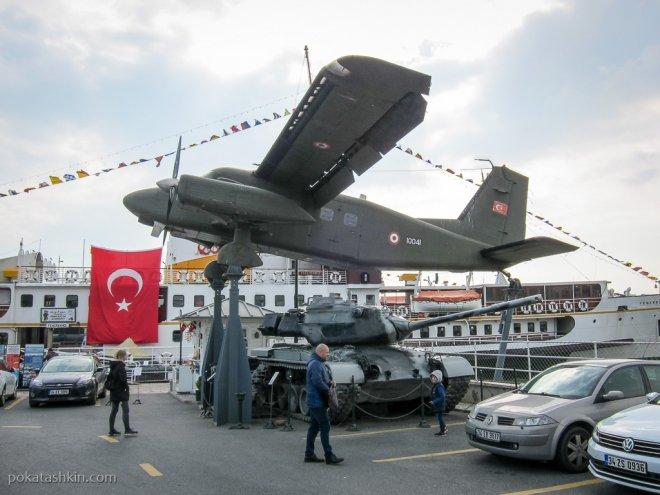 Танк и самолёт на парковке в музее Рахми Коча