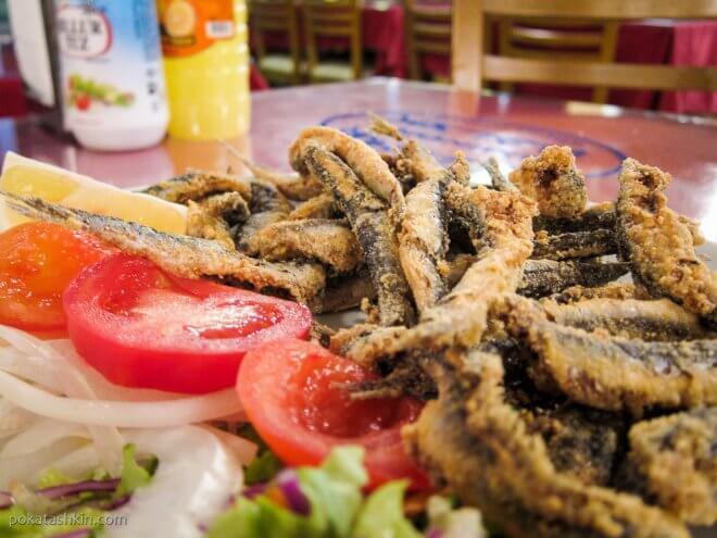 Жаренные анчоусы с салатом