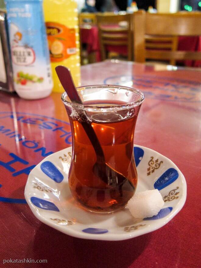 Черный чай в турецком стакане для чая