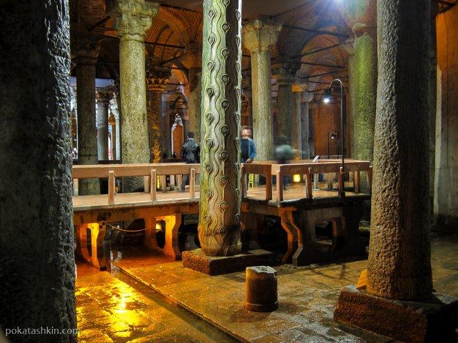 Плачущая колонна в Цистерне Базилика (Еребатан Сарничи)