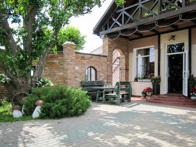 Летний дворик кафе «Мирум» / «Мiрум» (Мир)
