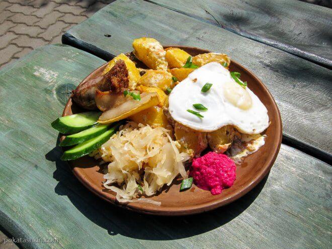 Сковородка с колбасой, картофелем, соленьями