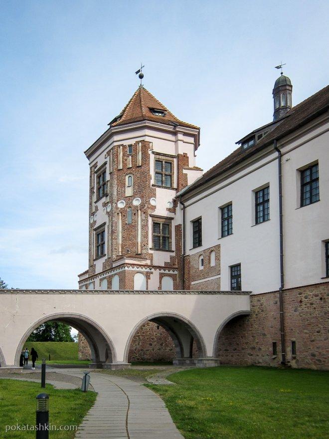 Следы реставрации на башнях Мирского замка