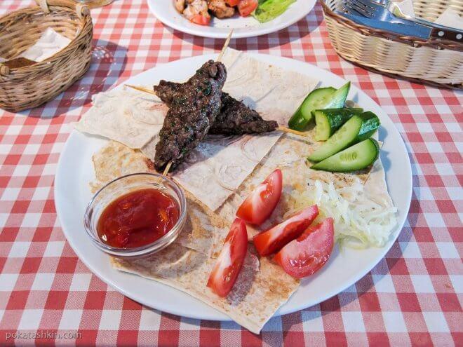 Люля-кебаб с овощами и лавашом