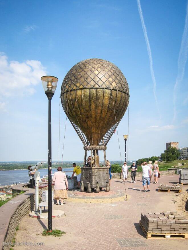 Памятник Жюль Верну на набережной Федоровского в Нижнем Новгороде