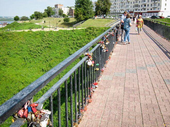Замки на перилах моста
