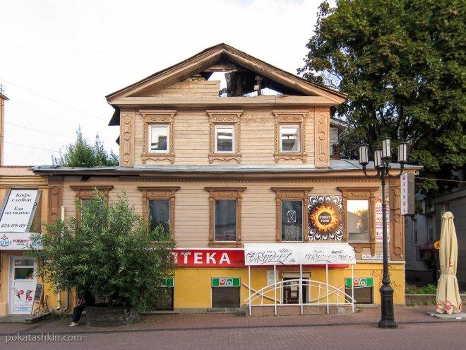 Полуразрушенное деревянное здание на Покровке
