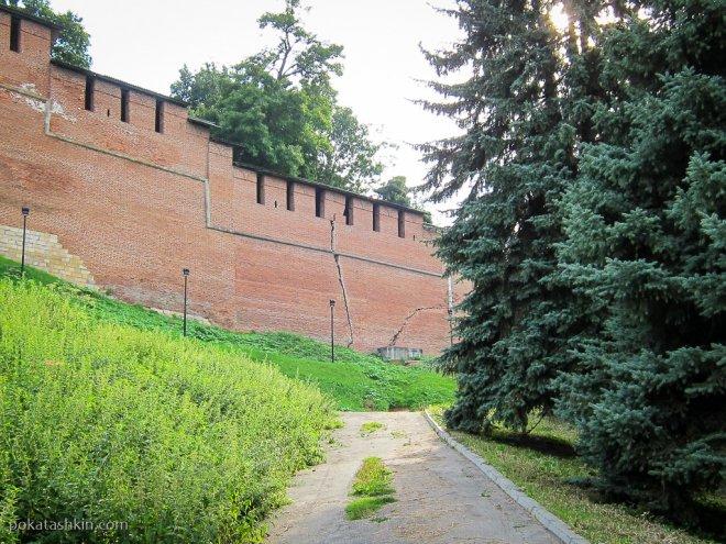 Трещины в стене Кремля в Нижнем Новгороде
