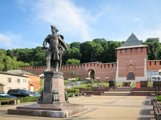 Нижегородский кремль: Зачатская башня и памятник Петру I